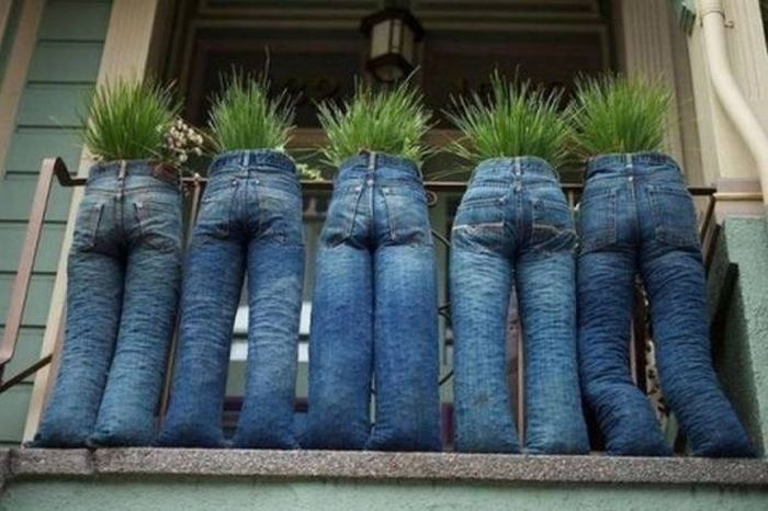 These planters are a great way to put your old blue jeans to good use.
